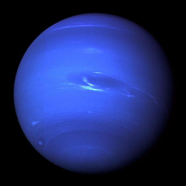 El planeta Neptuno se ve de color azul oscuro