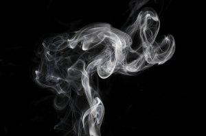 ejemplo de humo, que da nombre a este color con toques blancos y grises