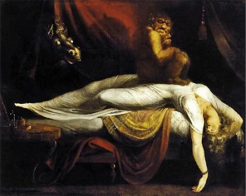 Macaco sentado sobre o abdômen de mulher dormindo