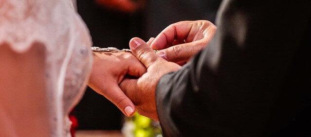 ganhando aliança de casamento