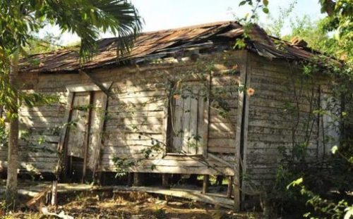 casa feia, velha e abandonada