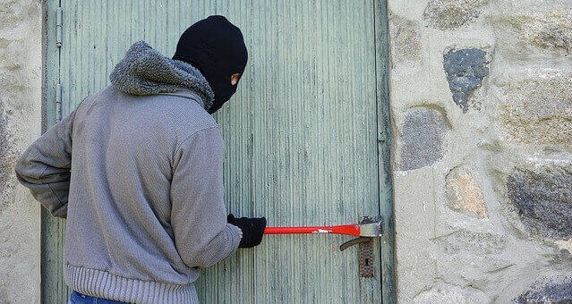 ladrão assaltando casa