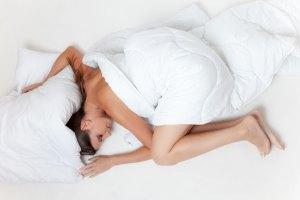 12 Benefícios Para a Saúde De Dormir Nu