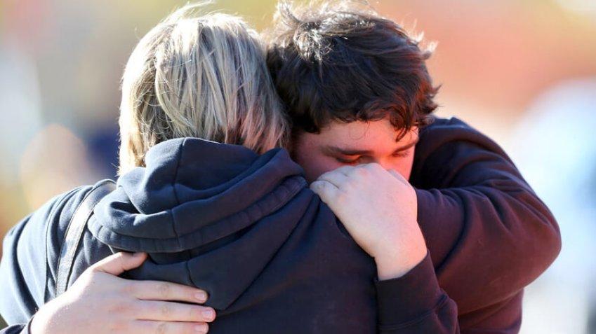 duas pessoas dando um abraço de conforto