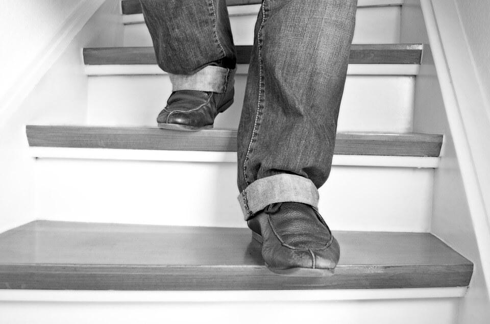 Resultado de imagem para descendo escadas