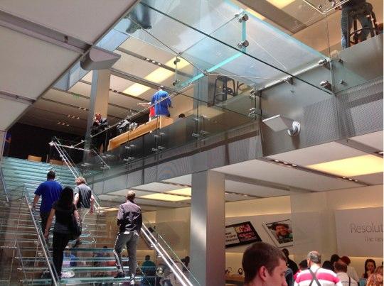Sihirli elma apple store deneyimi merdivenler