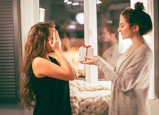 Ženska daje darilo prijateljici, foto: Pexels