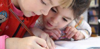 Dekleti pišeta v zvezek, foto: Pixabay