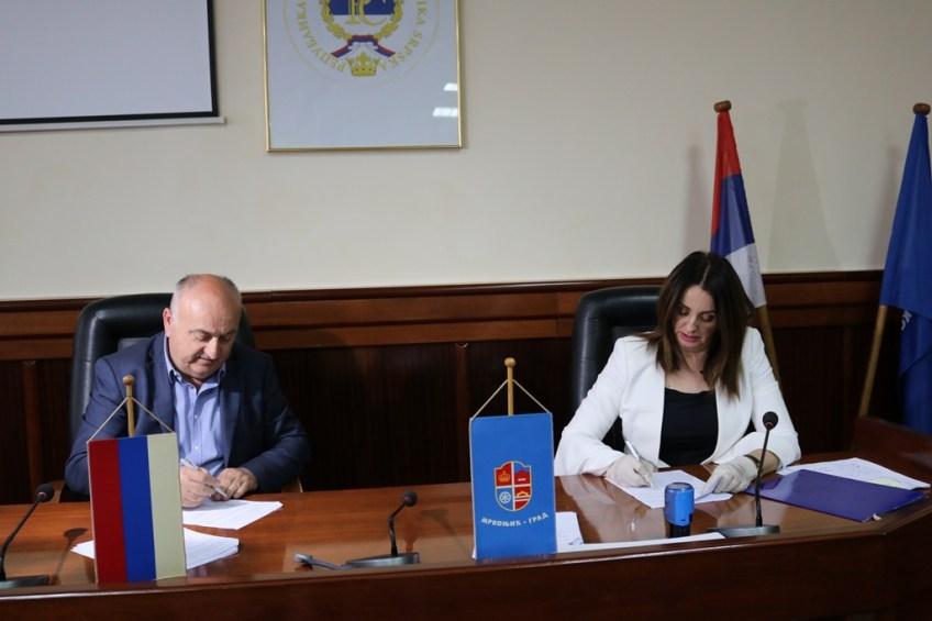 Mrkonjić Grad: Potpisani ugovori o nasipanju, rekonstrukciji i asfaltiranju lokalnih puteva, te gradskih ulica