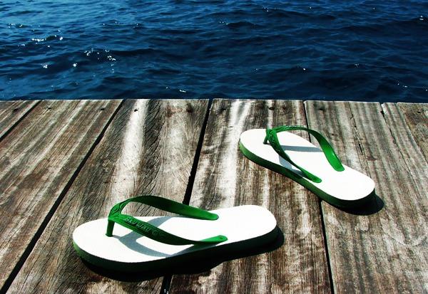 sandal jepit di laut