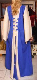 Mittelalterliches Kleid mit Taillenschnuerung hinten