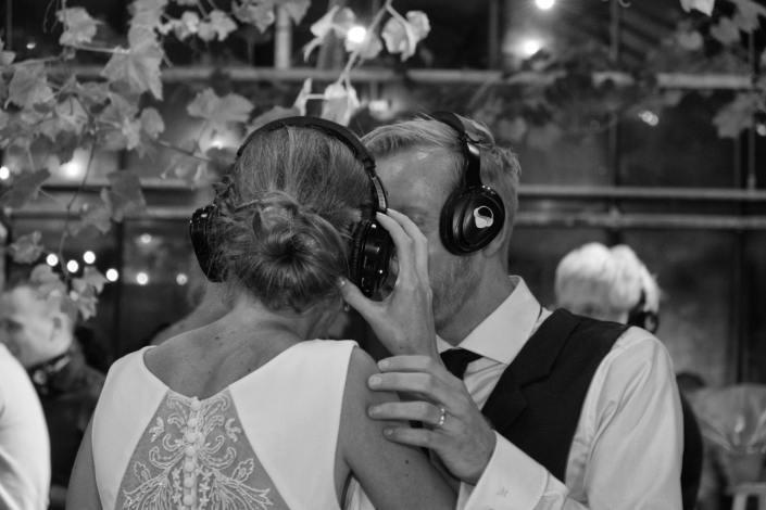 silent disco bruidspaar bruiloft
