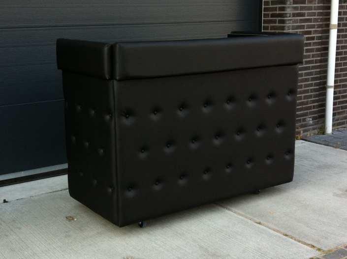 Stijlvol zwart gecapitonneerde DJ booth (black padded)