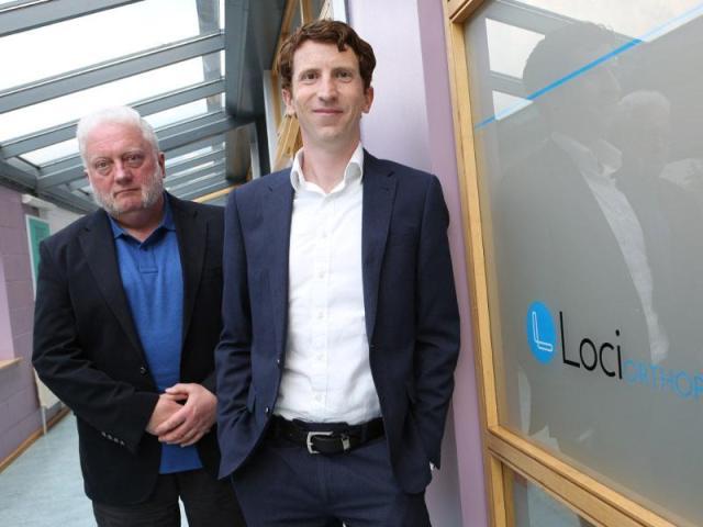Sur la photo, les fondateurs de Loci Orthopaedics, Gerry Clarke, CTO, et le Dr Brendan Boland, PDG, à leur bureau de NUI Galway. Image: Aengus McMahon