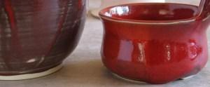 Rote Glasure - links dünn aufgetragen, rechts dick, so dass sie stellenweise fast auf die Brennplatte gelaufen wäre.