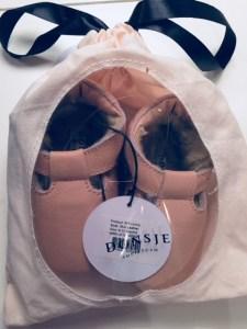 Vauvojen talvikengät ELIA pakattuna kauniiseen lahjapussiin. Donsje logo 9f127e2c94