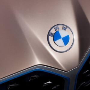 nuevo logotipo de bmw sobre capó de coche
