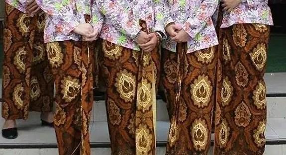 Ini adalah gambar pakaian adat Jawa Tengah