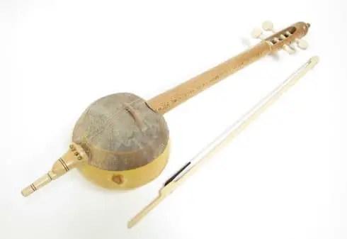 Review tentang alat musik harmonis bernama Rebab dan ciri khasnya