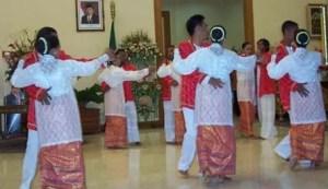 Uraian terkait dengan Tari Dengedenge Adat Maluku dan Contohnya