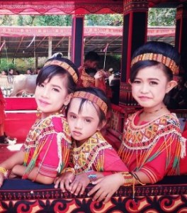 6 Pakaian Adat Tradisional Sulawesi Barat, Gambar dan Penjelasannya