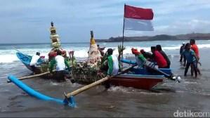 Ulasan terkait dengan Larung Sesaji Upacara Jawa Tengah yang kontroversial