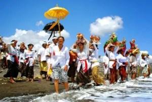 Informasi tentang Melasti sebagai Upacara Adat Bali yang banyak dilakukan