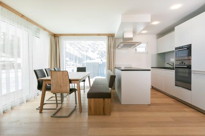 Esszimmer mit möblierter Küche Wohnungen Engadin, St. Moritz