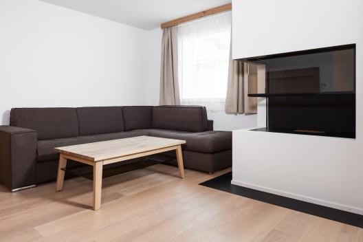 Ansicht Wohnzimmer mit offenem Kamin, Sils/Engadin
