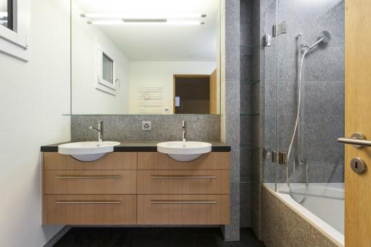 Badezimmer mit Doppelwaschbecken Sils/ Engadin