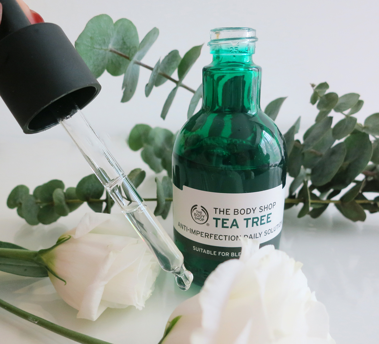 the-body-shop-tea-tree-anti-imperfection-daily-solution-swatch