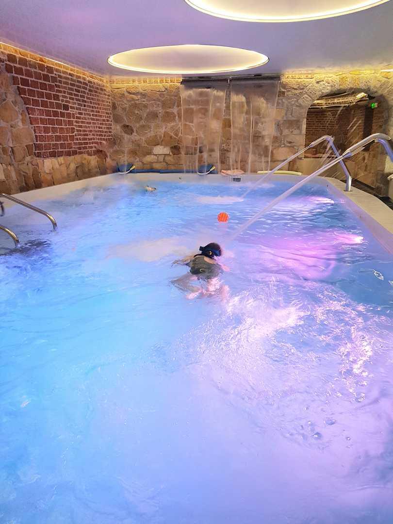 dzieci w basenie Hotel Brunów