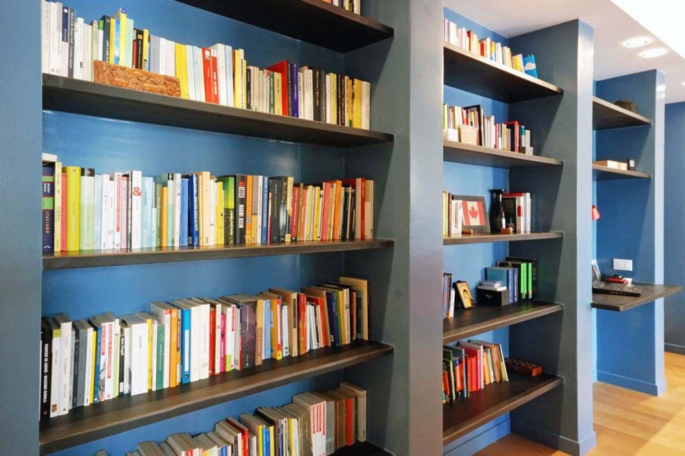 Una casa con le pareti colorate per leggere e ascoltare musica
