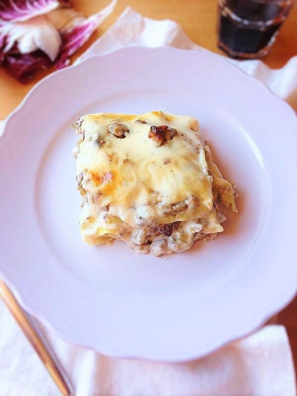 Lasagne con salsiccia, carciofi e radicchio.