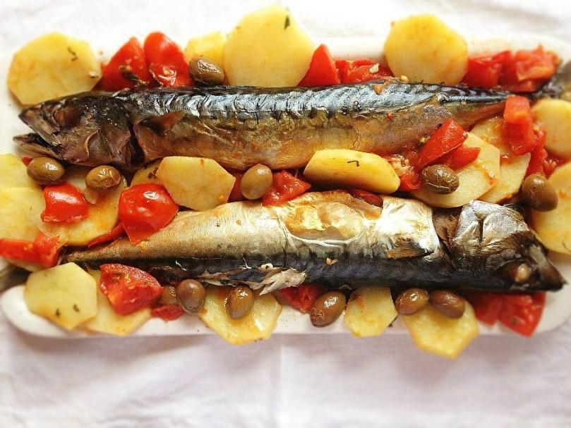 Il pesce azzurro in tavola. Sgombro con pomodorini e patate.