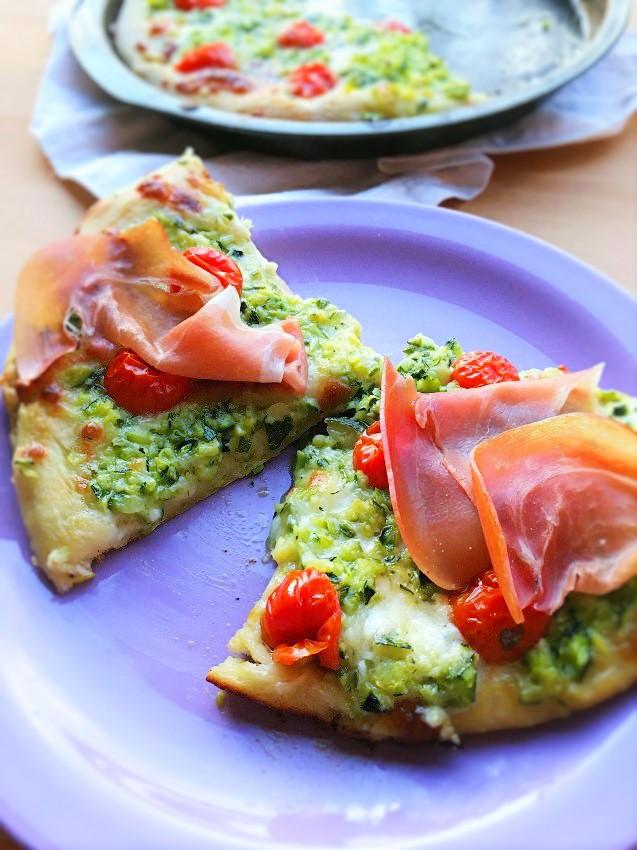 pizza zucchine stracchino pomodorini prosciutto crudo