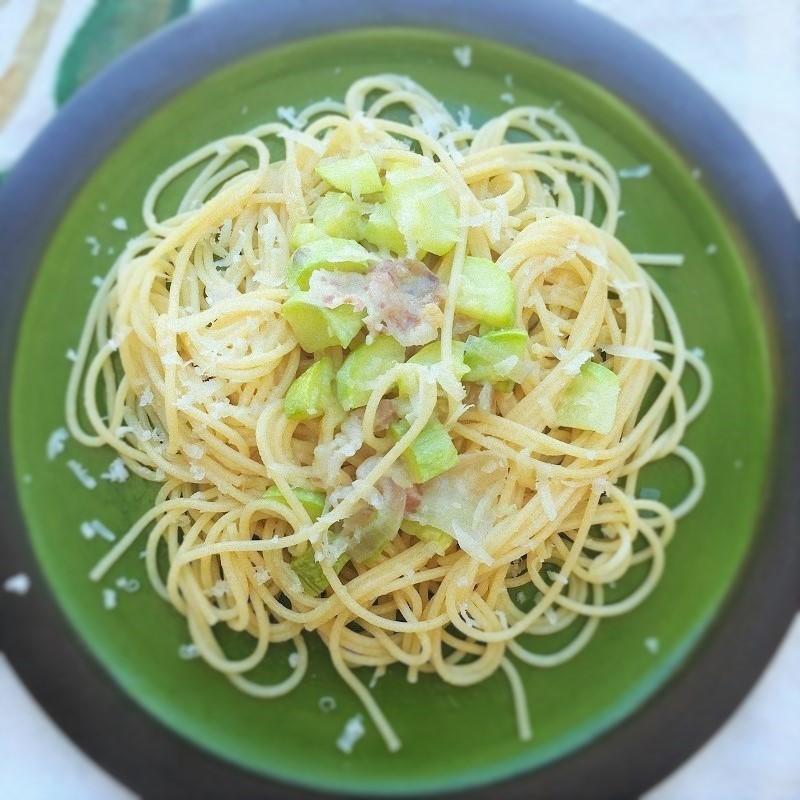 Spaghetti con guanciale e zucchine croccanti.