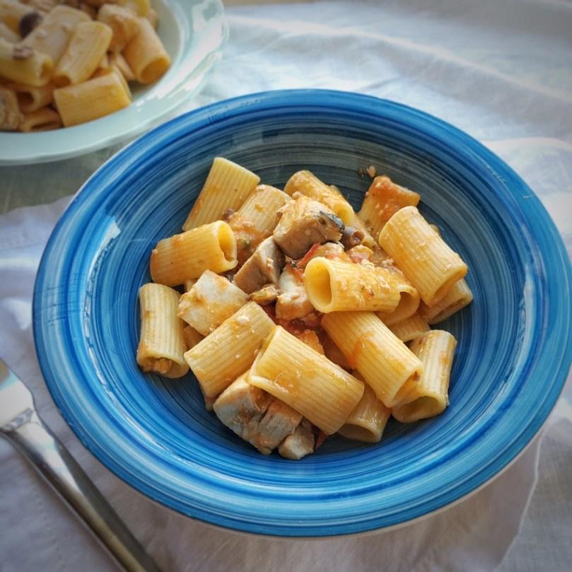 Pasta con pesce spada, pomodorini e olive taggiasche.
