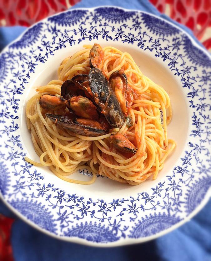 Spaghetti con sugo allo zafferano e cozze.