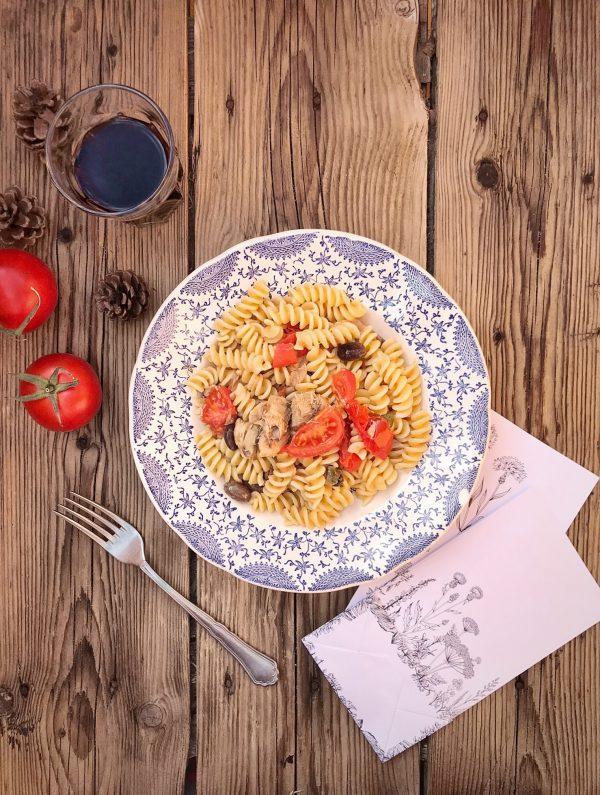 Pasta con sgombro sott'olio e olive taggiasche