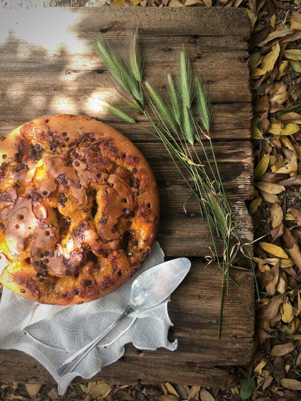 Torta con marmellata di fichi e gocce di cioccolato, benvenuta primavera.