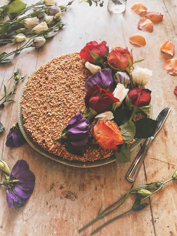 Una cheesecake al cioccolato e granella di nocciole. E come far durare a lungo i fiori