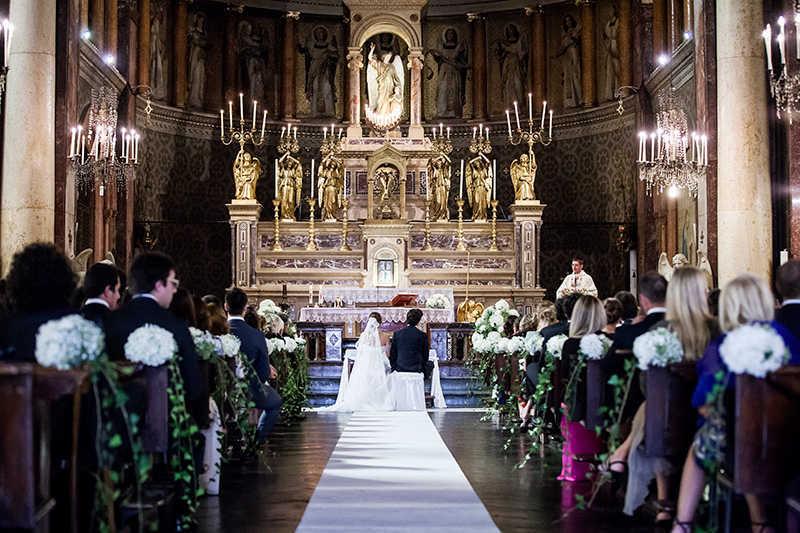 Allestimento floreale bianco per i Santi Angeli a Torino: