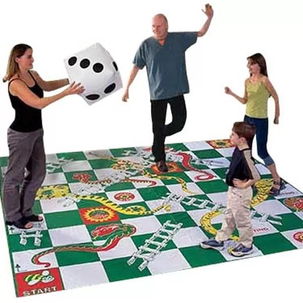 Un tapis Serpents et échelles où l'espace-temps du jeu est conséquemment plus grand... (source).