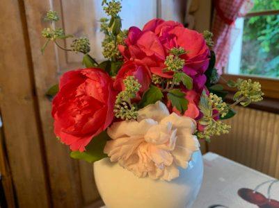 Bouquet de septembre Ronnie roses et caryoptéris photographiée par Simone