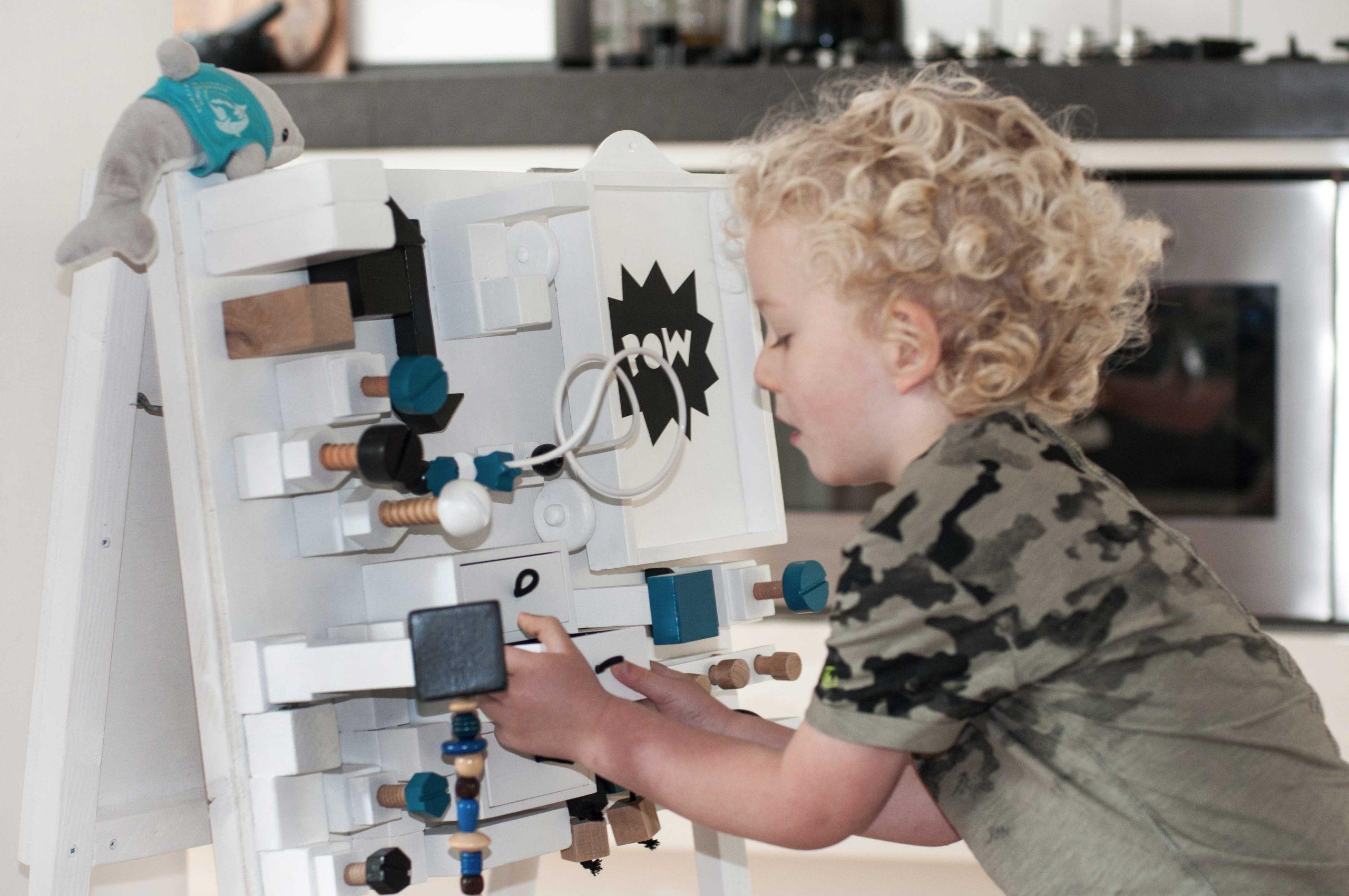 Activiteitenbord met een jongen