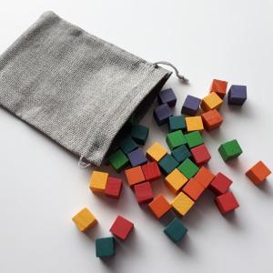 Cubes de bois multicolores