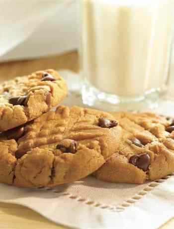 SIMPLE Chocolate Chip Peanut Butter Cookies - a snap to make! #cookies #cookierecipes #chocolatechipcookies #partyfood #simplepartyfood