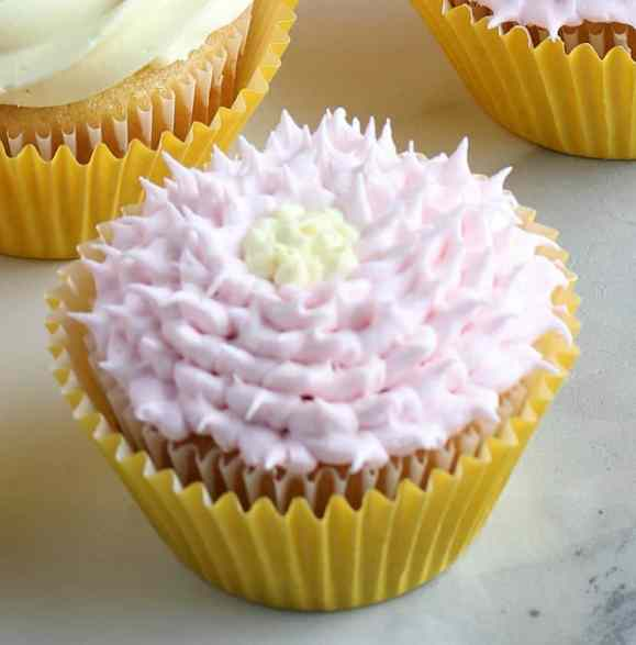 How to make a SIMPLE Flowered cupcake