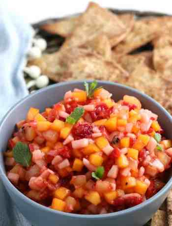 Fruit Salsa with Cinnamon Tortilla Chips - fruity, summery, light and refreshing fruit salsa with homemade chips #simplepartyfood